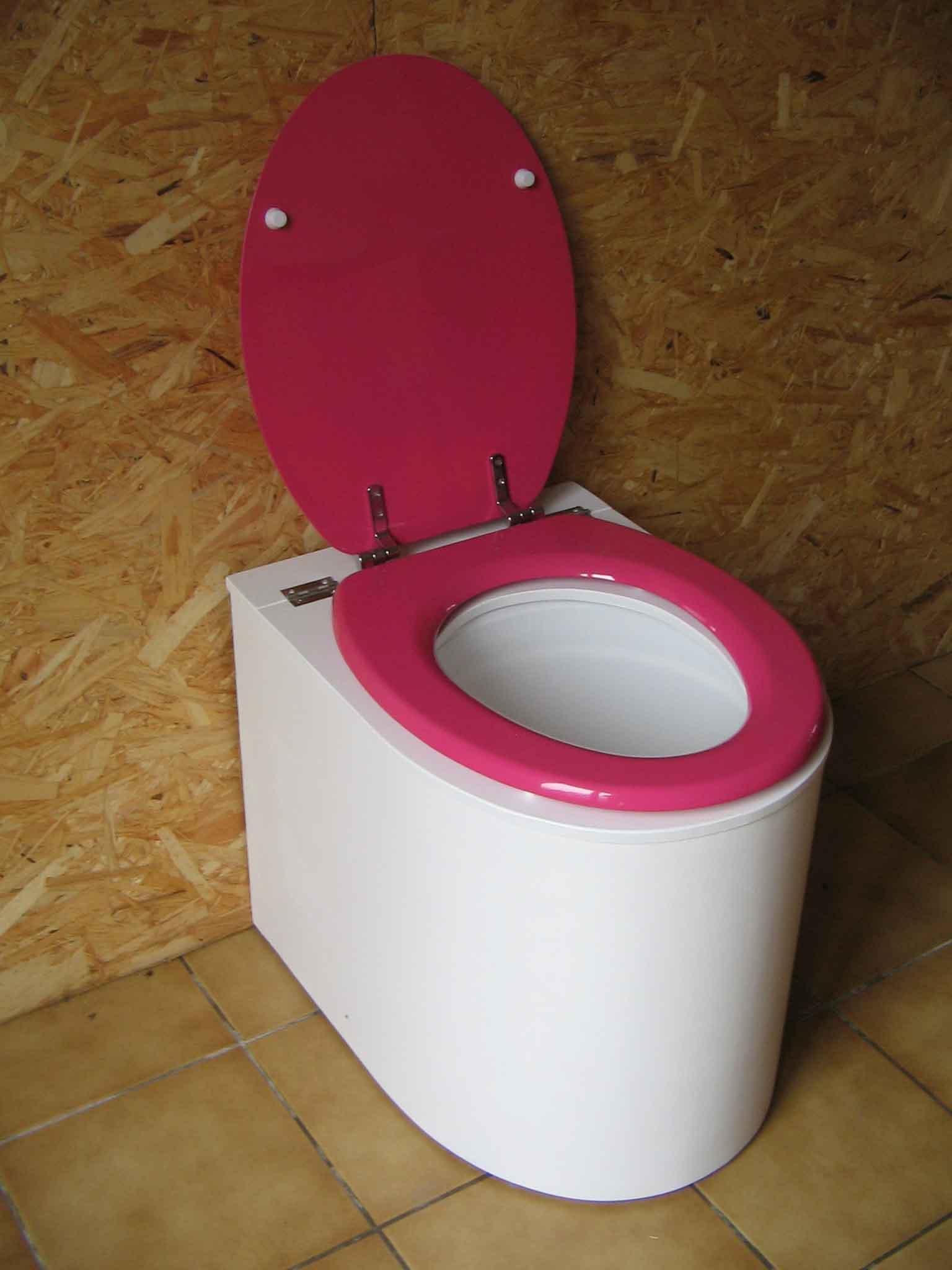 Toilettes sèches en appartement blanche et rose